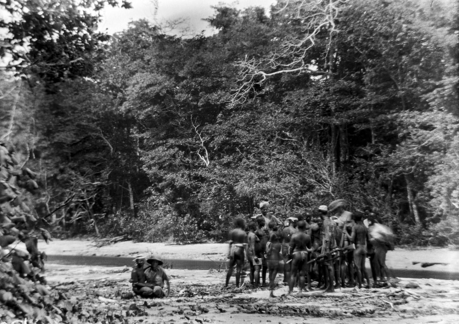 1245. Народность онге. Группа местных жителей встречается  с участниками экспедиции