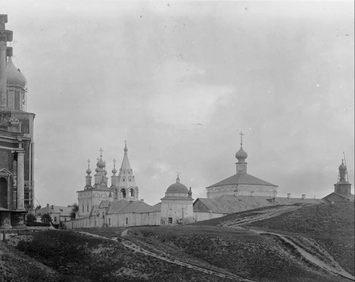 Спасский монастырь и остатки древнего земляного вала