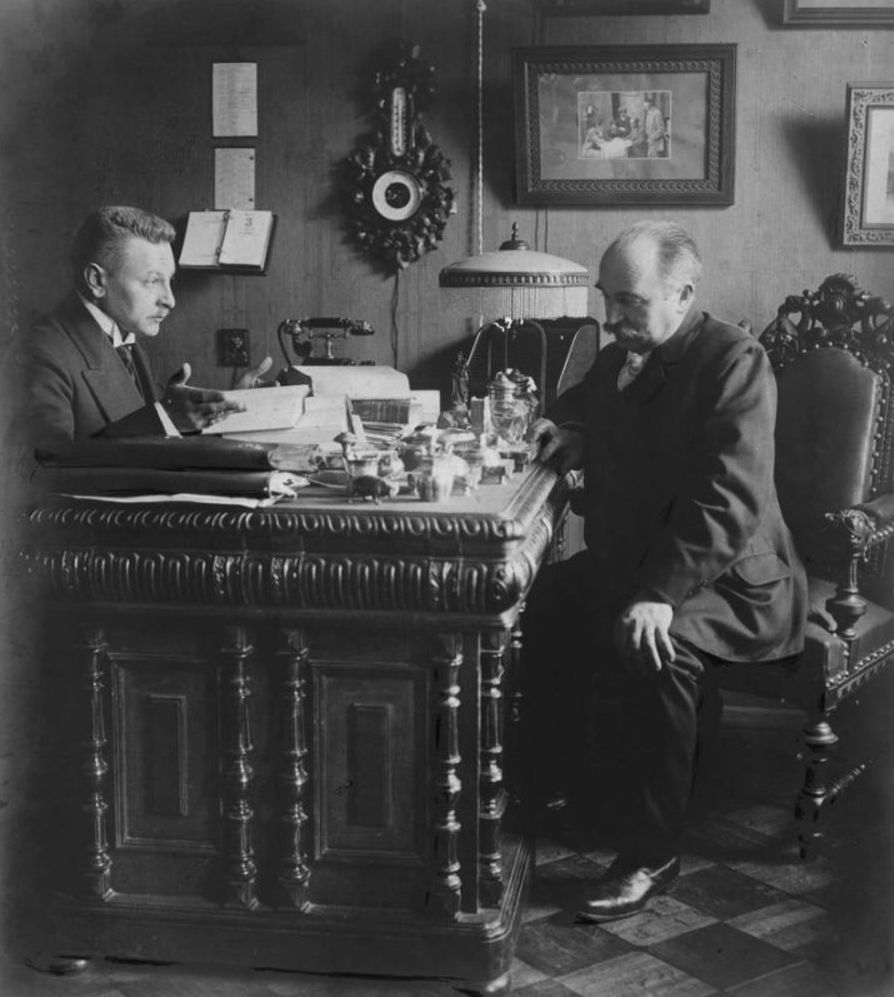 Адвокат Радугин в приемной с посетителем