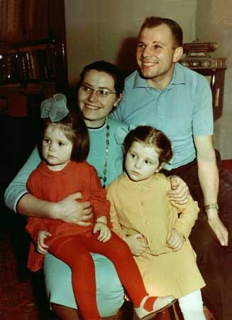 Yuri Gagarin happy family portrait.jpg