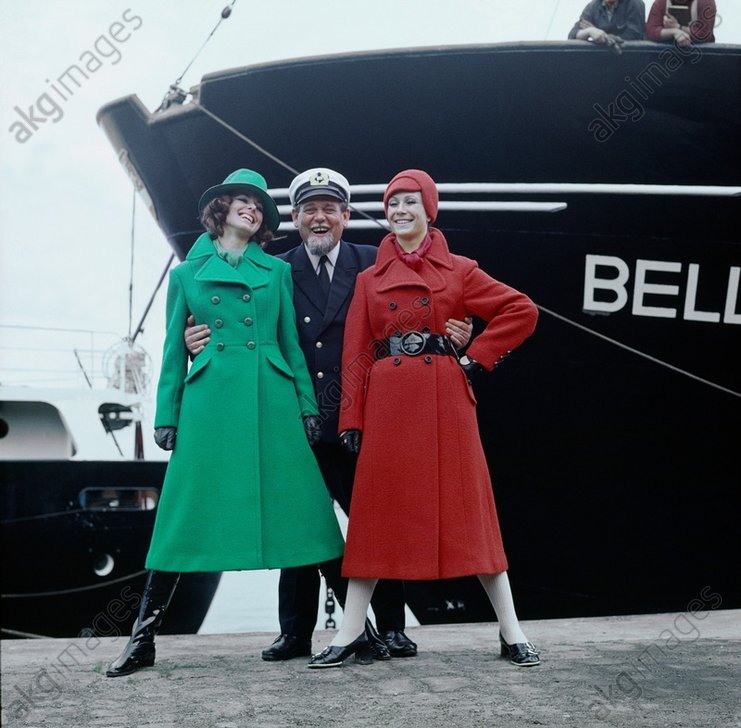 Damenmode / Wintermaentel / Foto, 1971 - Women's Fashion / Winter Coat / 1971 -