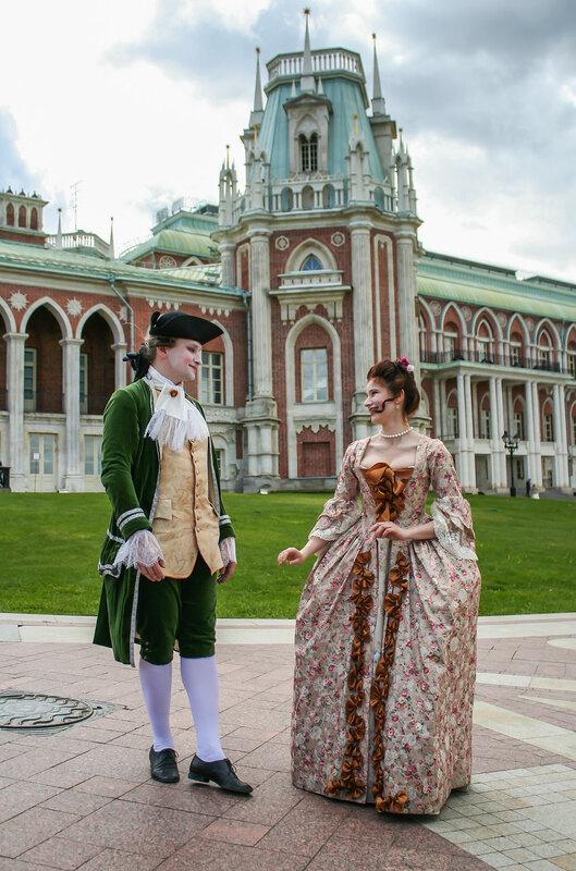 Придворная дама и кавалер у царицынского дворца