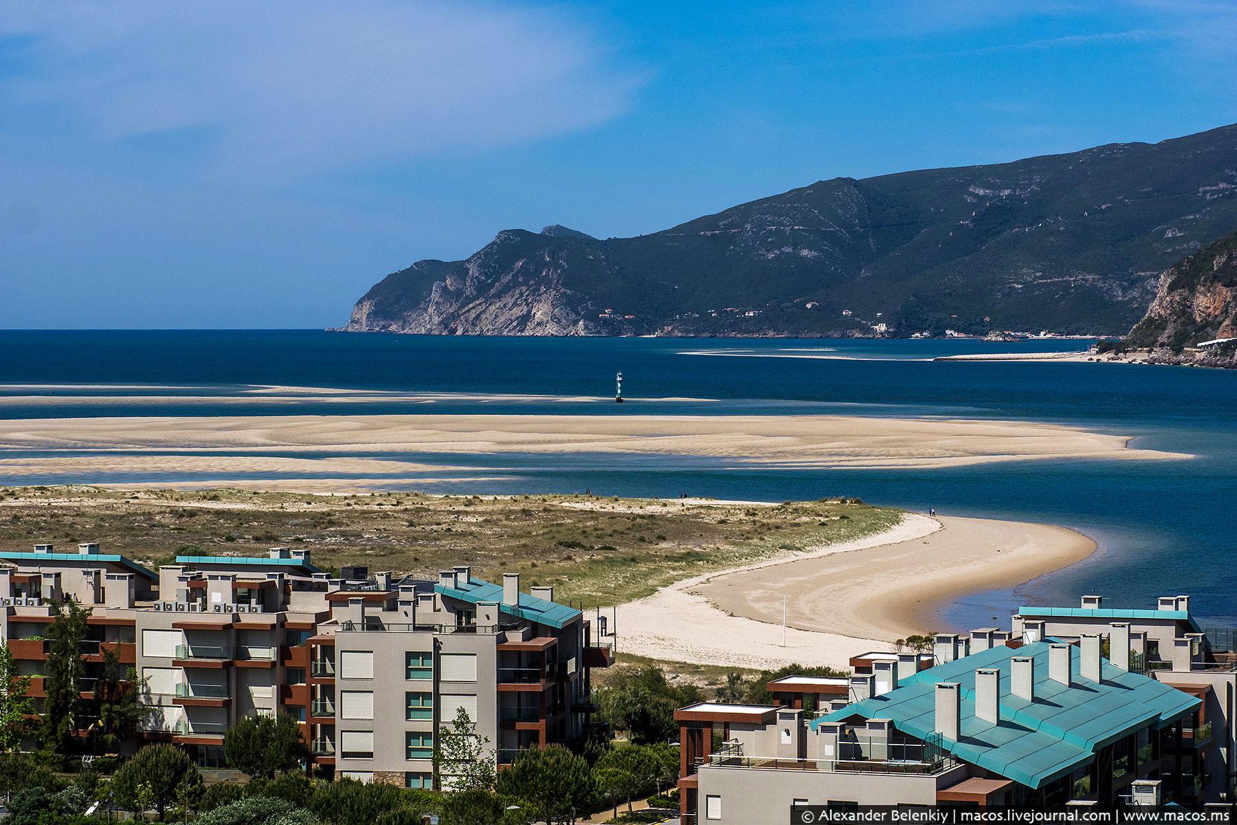 Всего в часе езды от Лиссабона есть большая курортная зона: песчаный язык, вытянутый посреди океана.