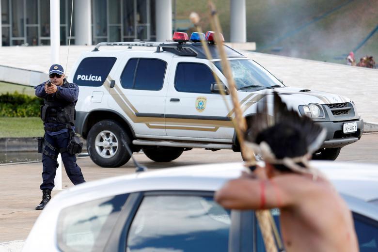 Медики-волонтёры держатся группой во время столкновений между демонстрантами и полицией на акции про