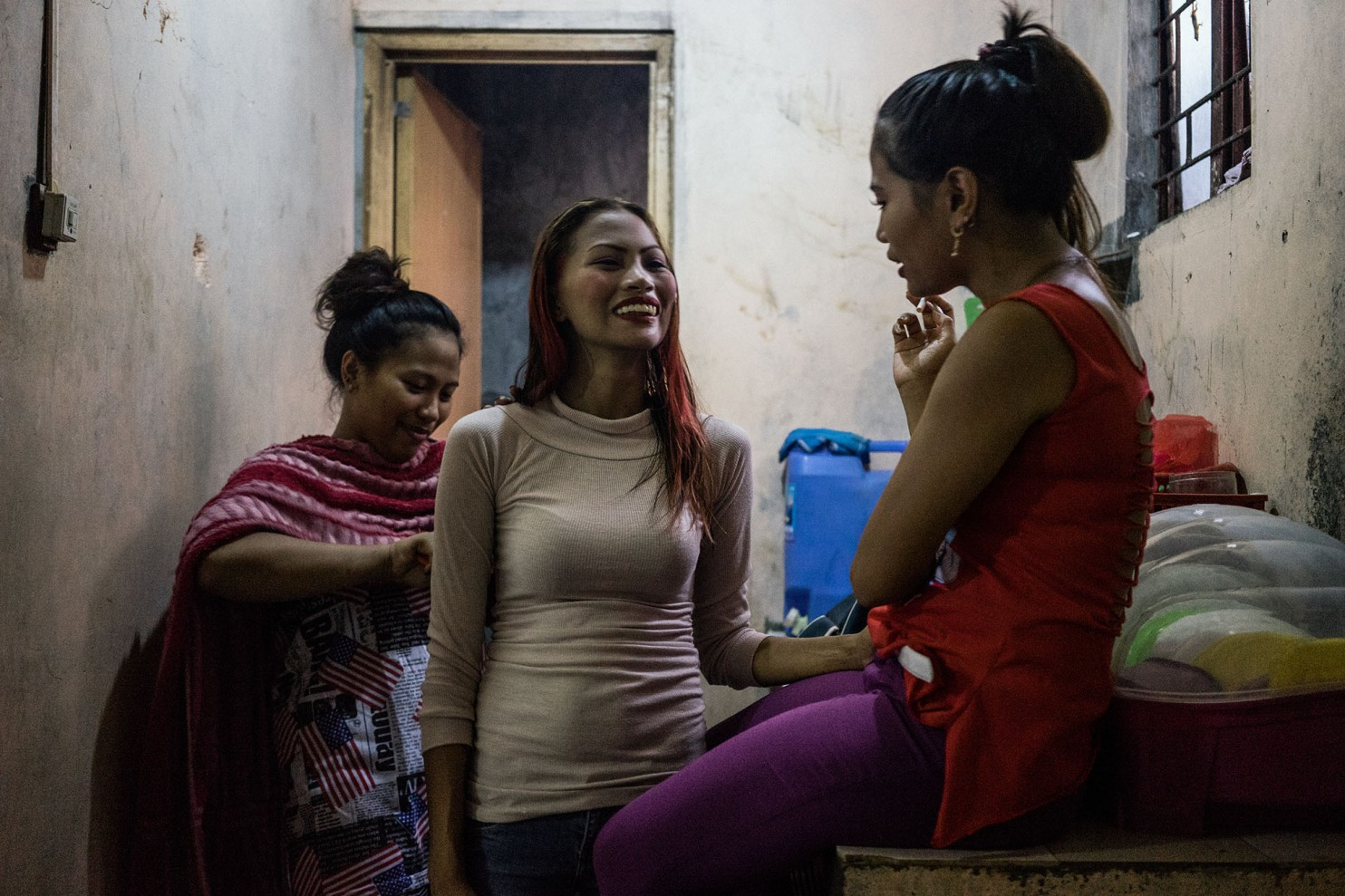 Тайфун бесчестия: как стихия ввергла целое поколение филиппинок в проституцию (14 фото) 18+