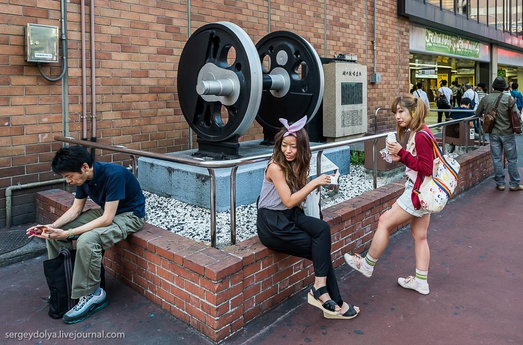 21. Под видом фотографирования памятной скульптуры я, конечно, снимал девчонок и их наряды. Позже мн