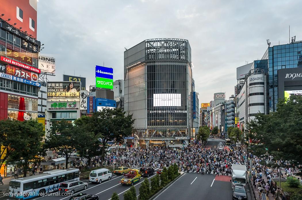 27. Сибуя — самый известный перекресток в Японии. Этот тип перекрестка называется «скрембл». На нем
