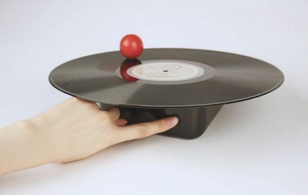 Пластинки в Void LP player не крутятся на физической основе, они летают в воздухе. Как и игла со зву