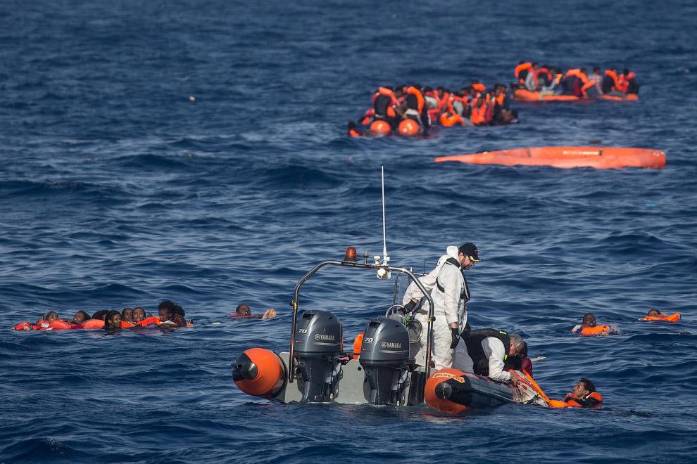 5. Спасательных жилетов тоже хватает не на всех. (Фото Chris McGrath):