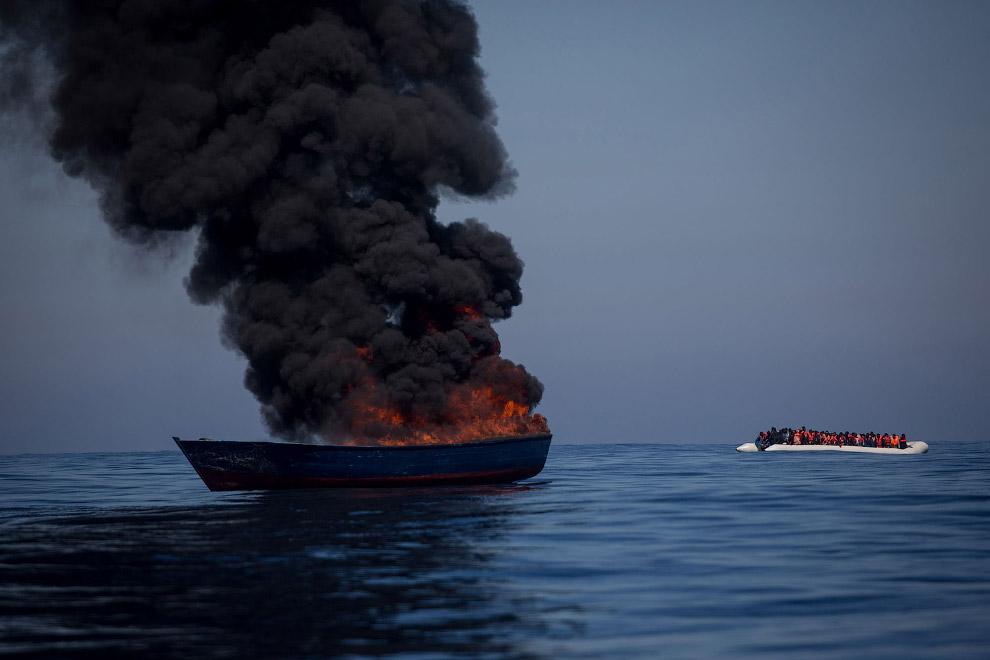 15. Спасатели и спасенные нелегальные мигранты. (Фото Chris McGrath):