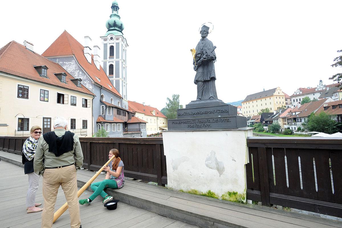 11. Дорога в замок начинается с каменного моста, украшенного скульптурами Девы Марии и Святого Йозеф