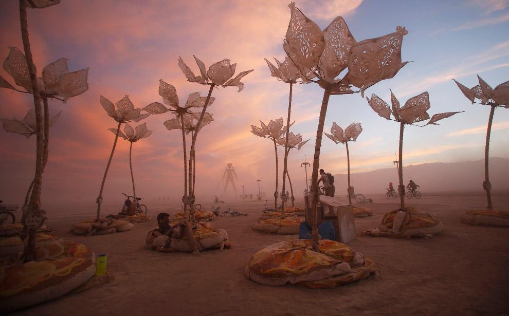 21. Сожжение деревянной фигуры, символизирующей человека, на фестивале «Burning Man». Первое сожжени