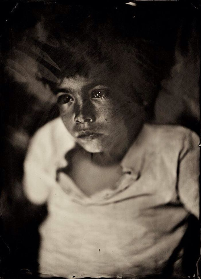 Фотограф снимает портреты детей с помощью старинного фотопроцесса 1800-х годов