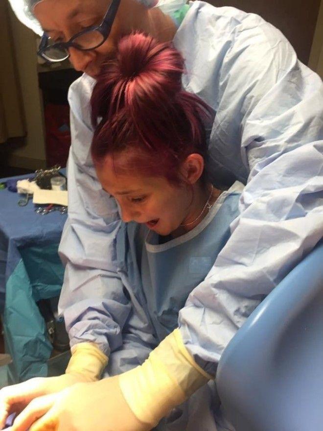 Участию Джейси в родах поспособствовал доктор Вольф — после того, как девочка начала плакать,