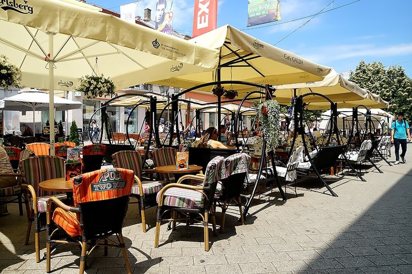 А вот пообедать мы остановились в Нови-Саде. Собственно, я ничего не ждала от этого места. Быстрый п
