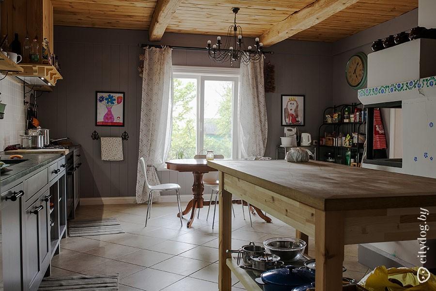 41. Из гостиной переходим в просторную кухню.