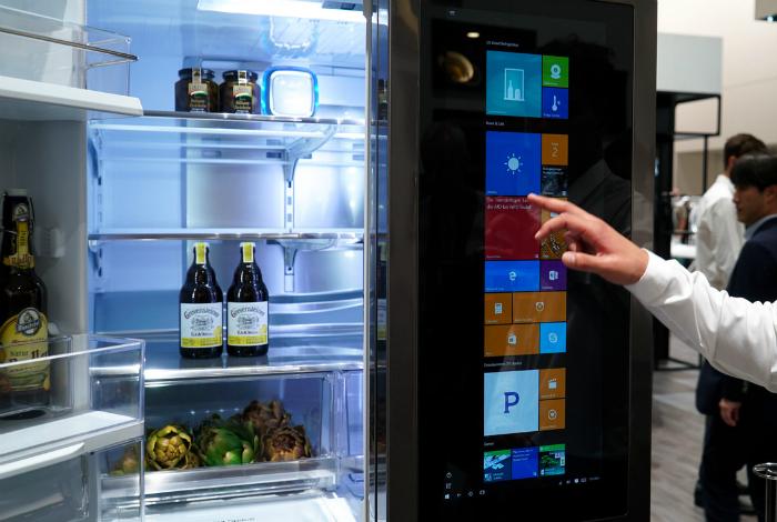 «Умный» холодильник LG Smart InstaView. Новенький смарт-холодильник от компании LG работает на специ
