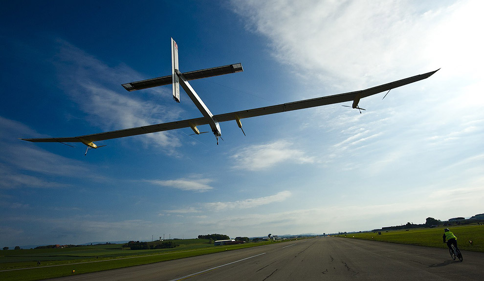 Солнечные батареи (12 000 кремниевых солнечных элементов) вырабатывают электроэнергию, которая