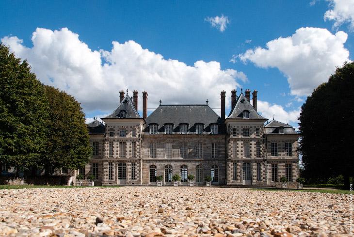 С террасы я ничего особенного не увидел, к тому же французский садик представлял собой довольно жалк