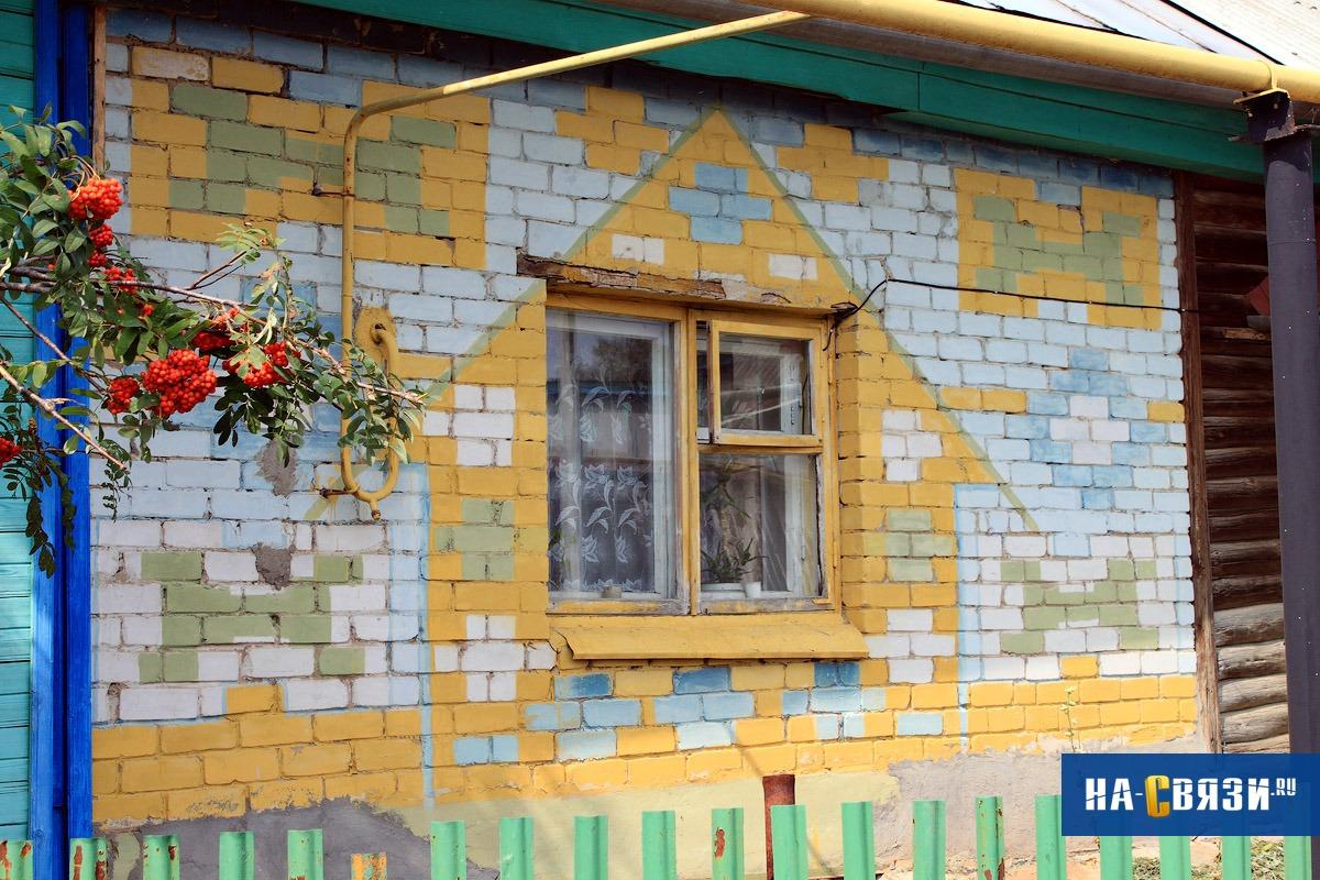 Или нарисовать на доме дом, чтобы прохожие могли любоваться домом, глядя на ваш дом.