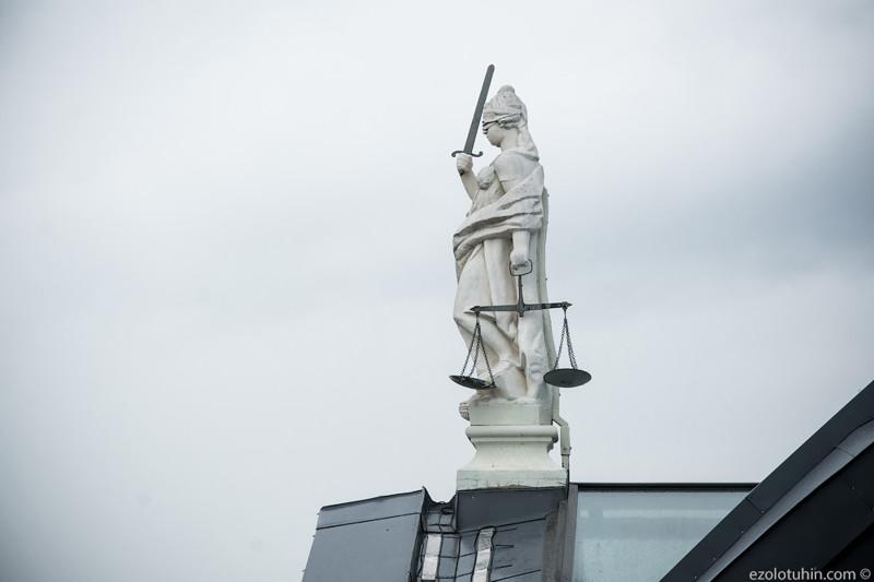 Во время войны сохранилась статуя Фемиды, которая сейчас украшает Ратушу