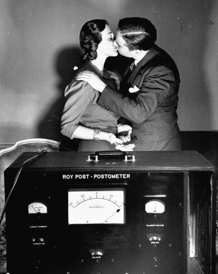 Пара целуется возле мумии студенческого братства «Delta Tau Delta» возле Южного университета Севани,