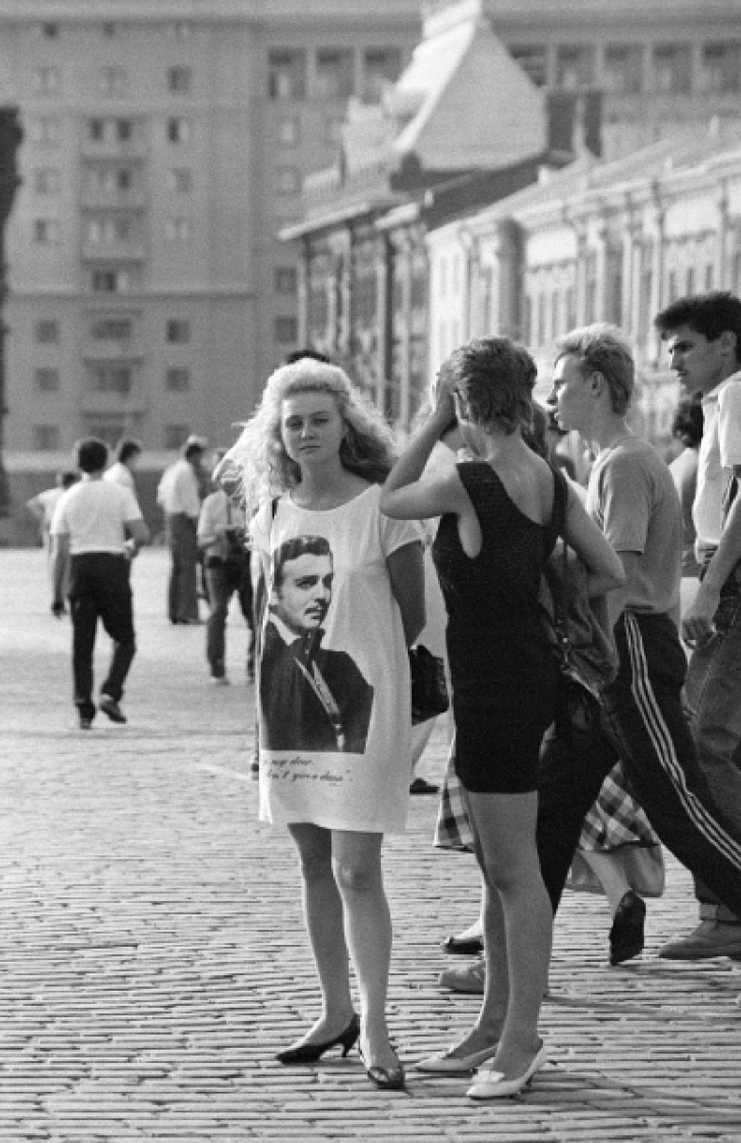 Модницы (платье с портретом!) на Красной площади в Москве, 1990 год. Кстати, о принтах. В 1997 году,