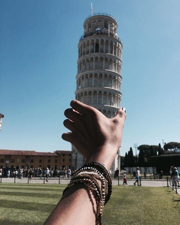 Тот, кто сказал, что фотографироваться на фоне Пизанской башни — банально, очевидно, не видел эти фото. (10 фото)