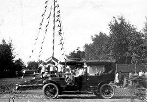 Автомобиль императора Николая II проезжает к месту скачек