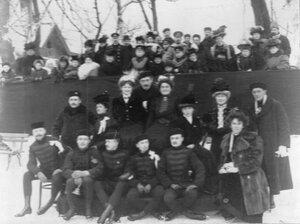 Группа членов общества, любители фигурного катания