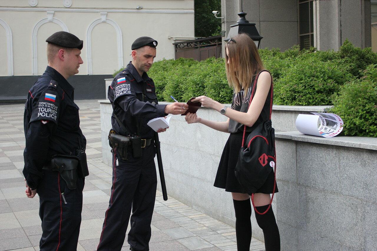 Возле Совета Федерации также прошли пикеты в защиту политзаключенного Дмитрия Богатова