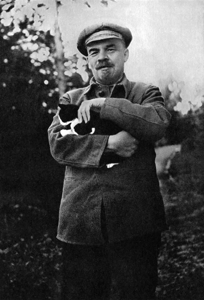 В.И.Ленин на прогулке в Горках. Август-сентябрь 1922.jpg