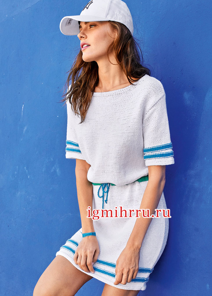 Белое летнее платье с яркими полосками. Вязание спицами