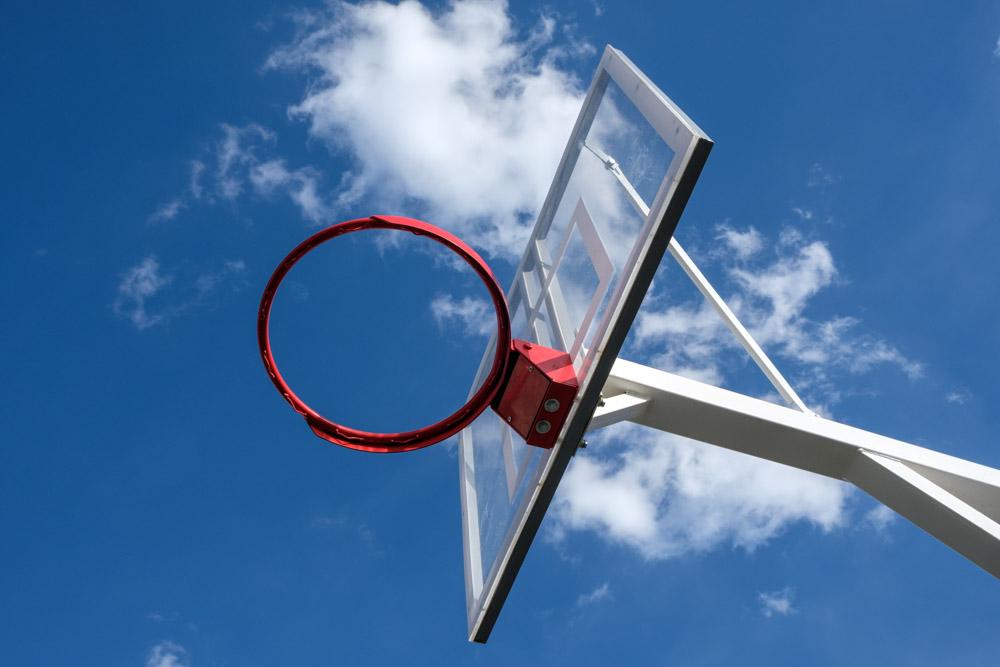 баскетбольный щит на фоне синего неба