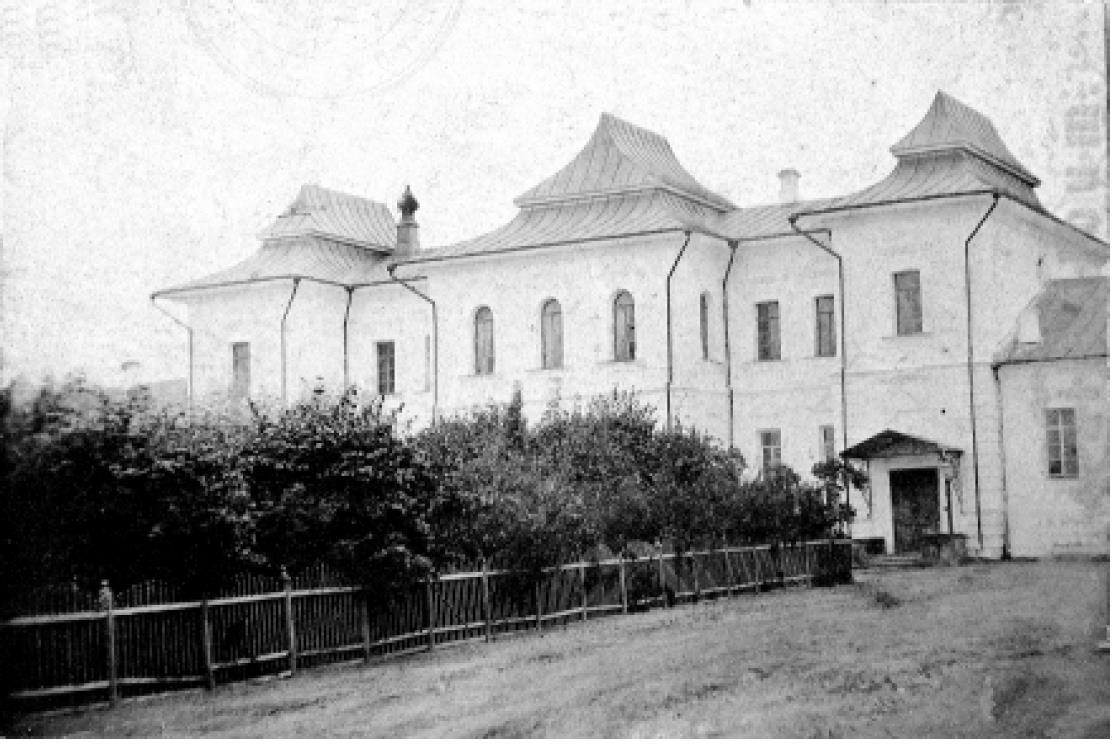 Рождественский монастырь. Архиерейский дом. Вид с востока, во дворе.