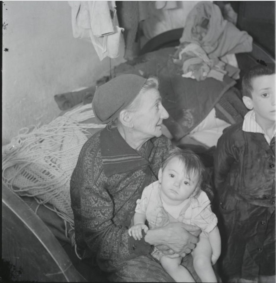 Бабушка с внуками в подвальном жилище, улица Крохмальна