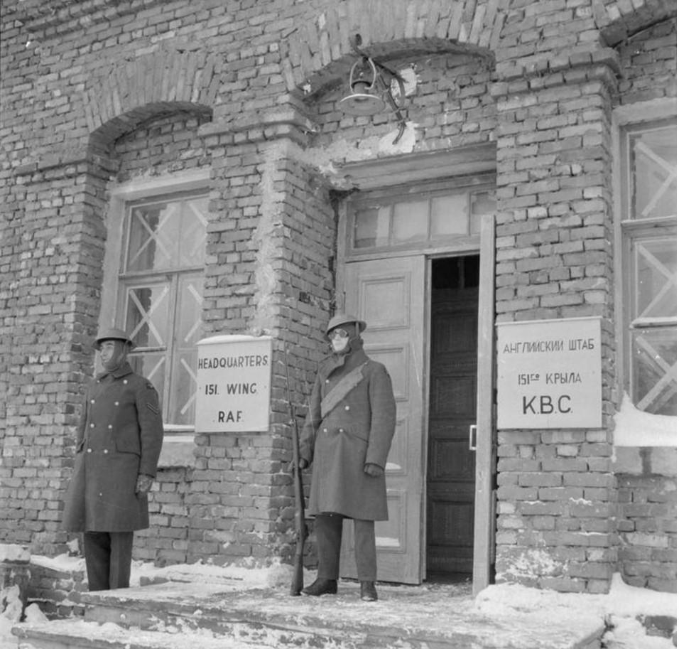 Сержанты RAF охраняют здания штаб-квартиры 151-ой экскадрильи