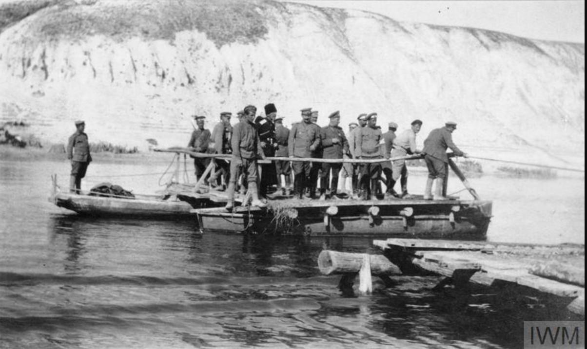 Генерал-лейтенанты Богаевский и Гулыга вместе с их окружением, пересекают реку Дон на плоту