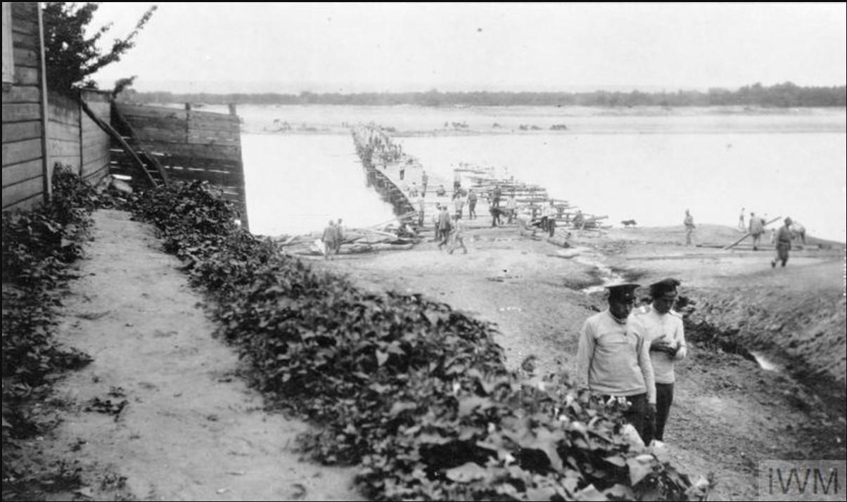 Части Добровольческой армии, пересекают мост через реку Дон