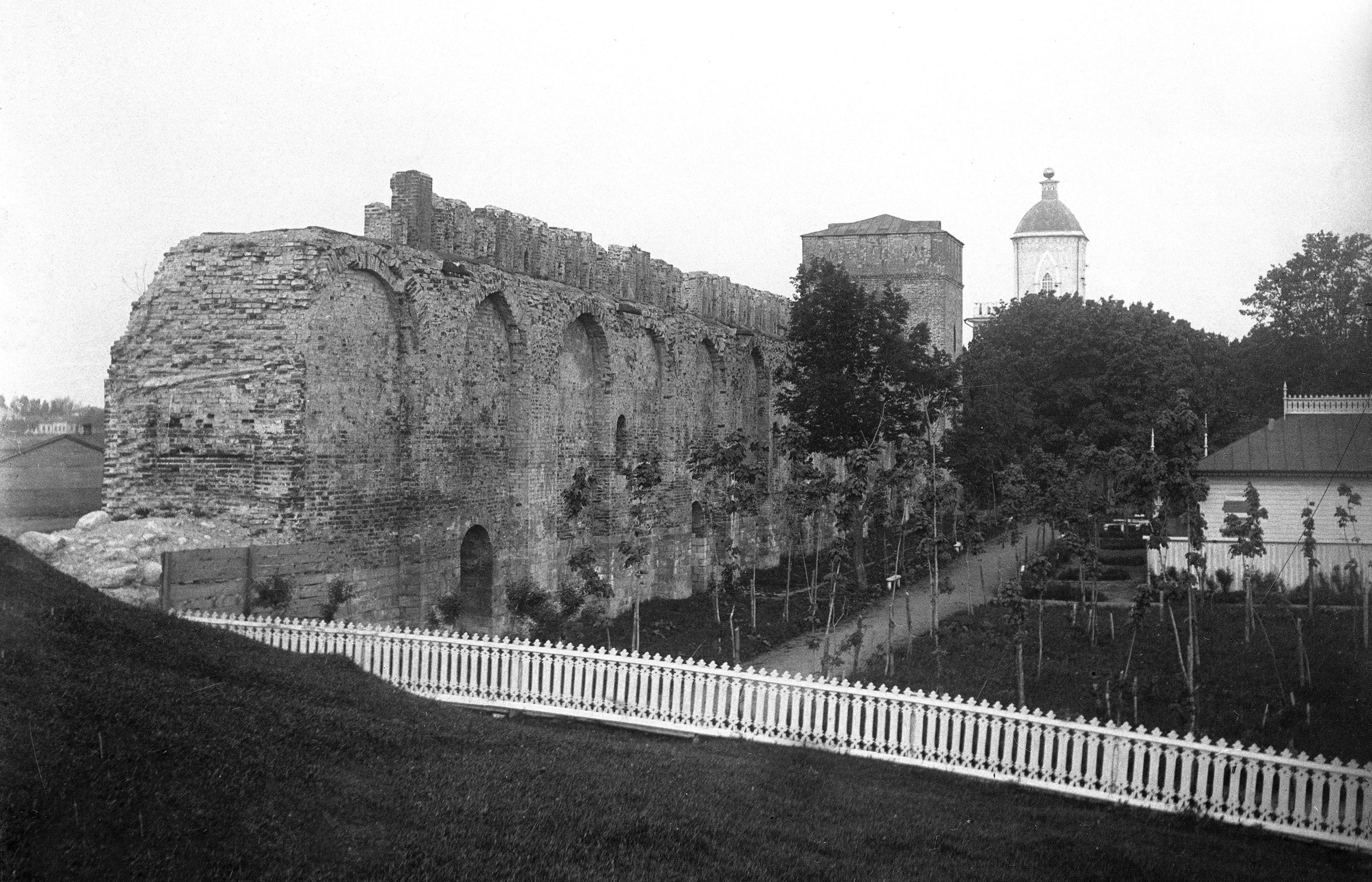 Сосновский сад и крепостная стена