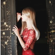 девушка в красном