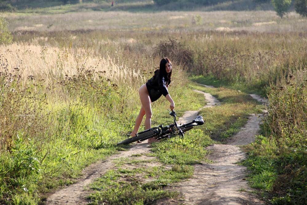 Голая велосипедистка Кэт