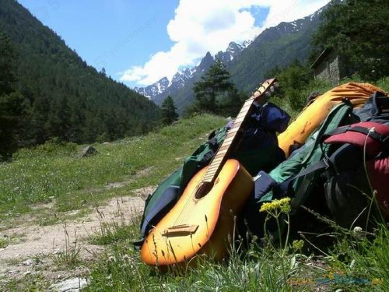 Открытка. С днем туризма. Туристы оставили рюкзаки и гитару