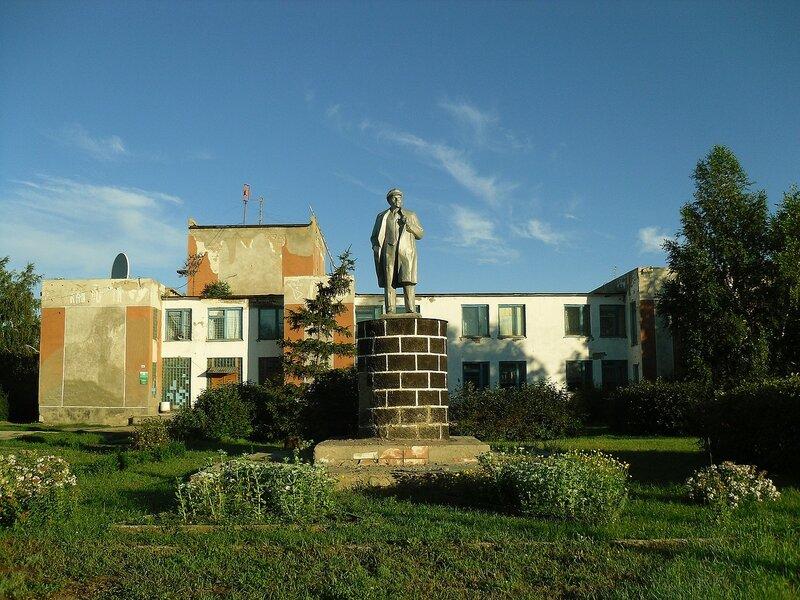 Село Большеромановка, памятник Ленину.