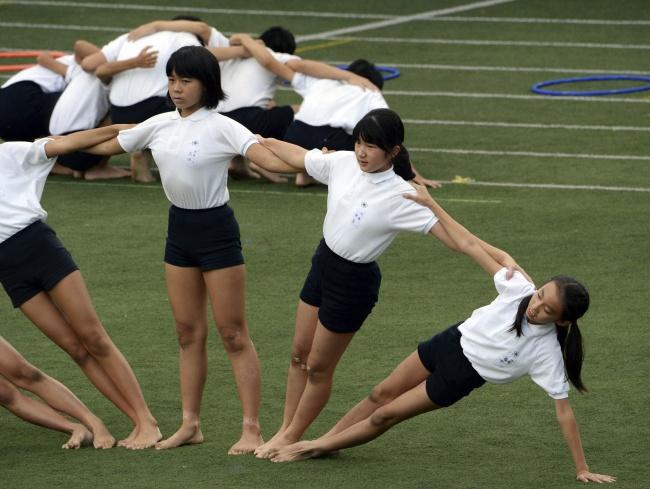 © Reuters  Все равны. Японская принцесса Айко (вторая справа) выступает вместе сошкольными то