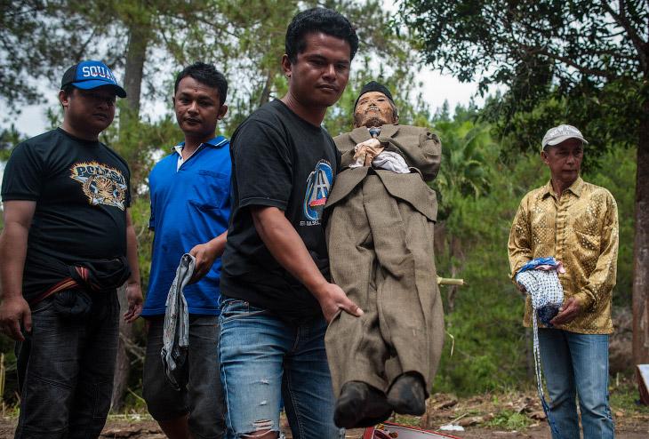 Например, этот умер 10 лет назад.  Торадже, Индонезия, 25 августа 2016. (Фото Sijori Images)