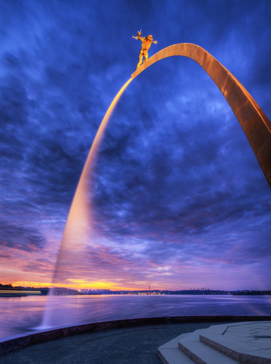 Фонтан «Бог, наш отец, на радуге» в Стокгольме был спроектирован шведским скульптором Карлом Миллесо