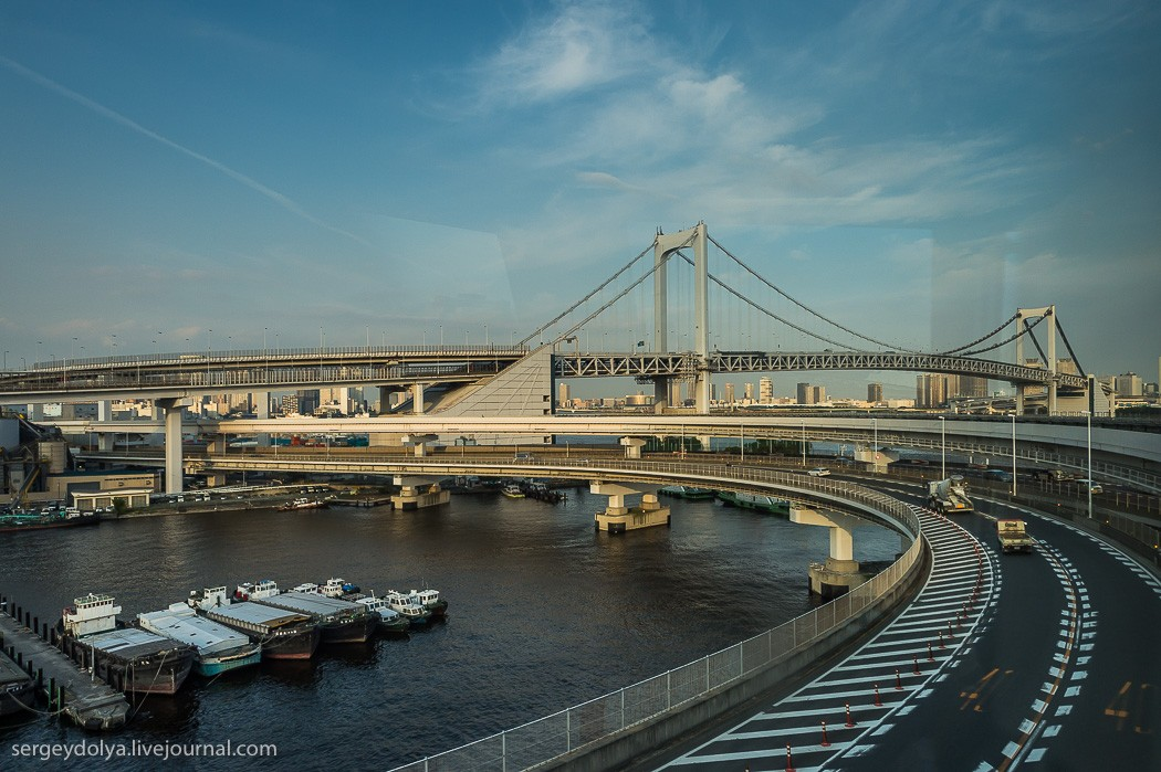 10. Радужный мост был построен за 5 лет и открыт в 1993 году. Протяженность его составляет 570 метро