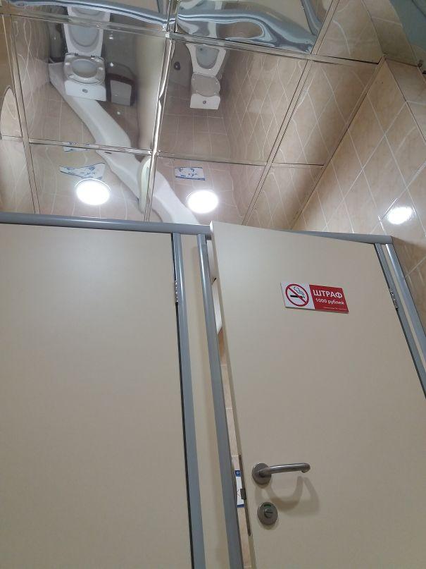 Зеркальный потолок как средство контроля.