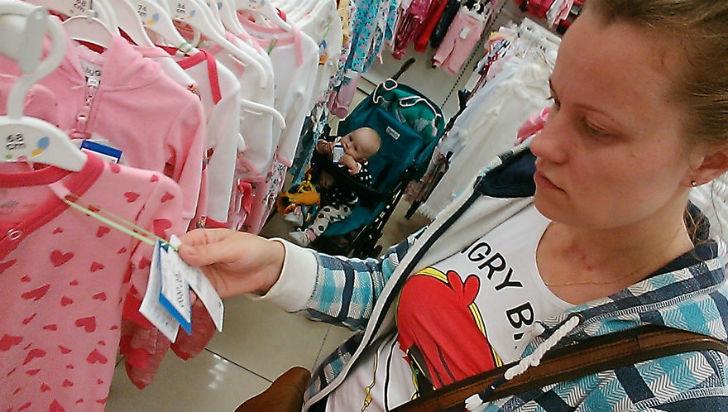 В магазине Василиса жует ярлык с ценой своей любимой одежды.